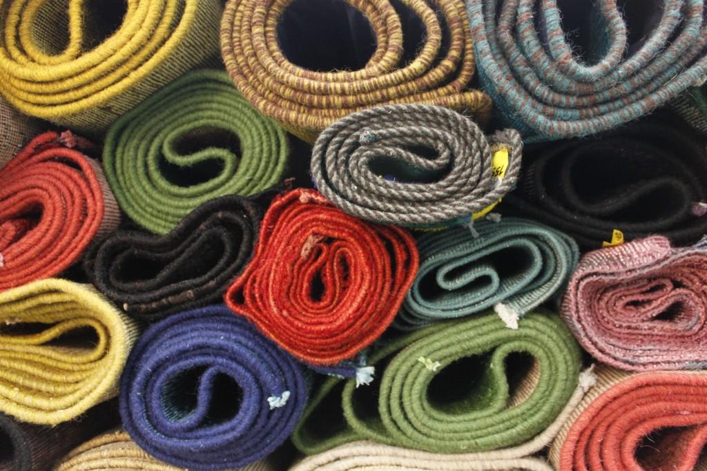 Vintage-Teppiche und Patchwork in Rollen gelagert.